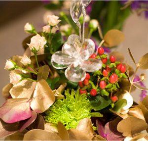flores con elementos decorativos de cristal