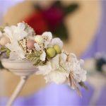 diadema flores liofilizadas blancas y bolas en colores suaves