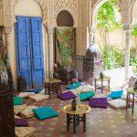 escenografía con cojines clásicos y elementos árabes