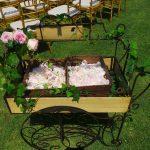 escenografía con carrito de pétalos de rosa