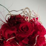 ramo de flores liofilizadas tonos rojos con adornos