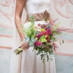 Ramo de novia natural en verdes, rosas y rojo