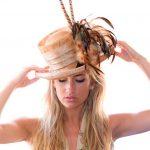 sombrero de copa con plumas para bodas