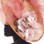 sombrero de boda y eventos con flores en tonos rosas