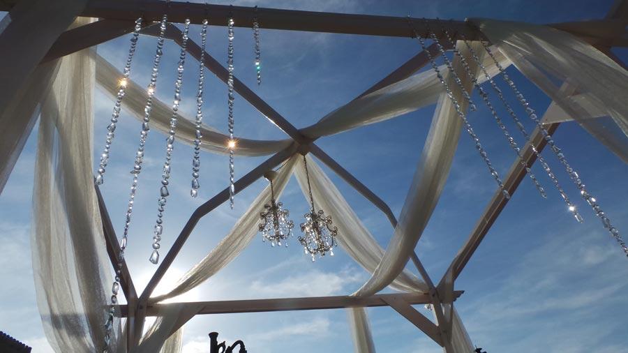 decoración de altar en boda al aire libre con telas y piedras preciosas