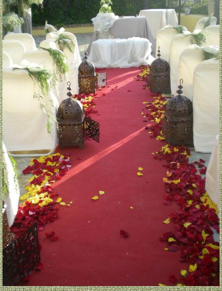 decoración original para bodas con pétalos de flores y lámparas antiguas