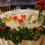 decoración floral de mesa con colores vivos