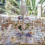 centro de mesa floral combinado con elementos de decoración elegantes