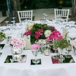 centro de mesa con muchos puntos florales para bodas