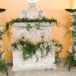 decoración original con plantas y flores para fuentes decorativas