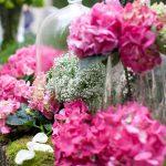 centro de mesa en colores rosas vivos