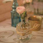 flor en botella de cristal decoración vintage