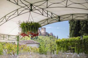 decoración con flores para boda con vistas a La Alhambra de Granada