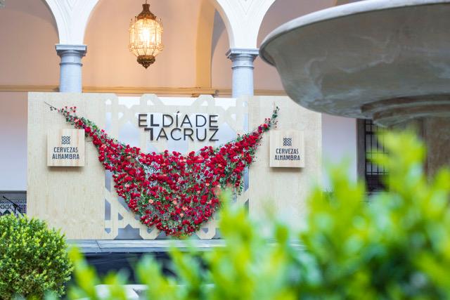 Patio andaluz en Granada con mantón de claveles