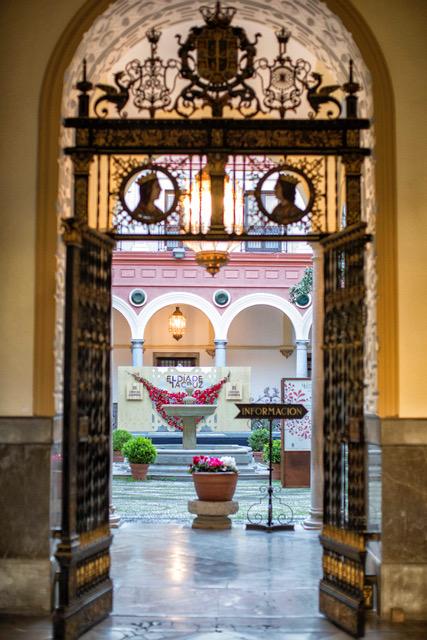 Patio del ayuntamiento de Granada decorado con flores por el día de la cruz