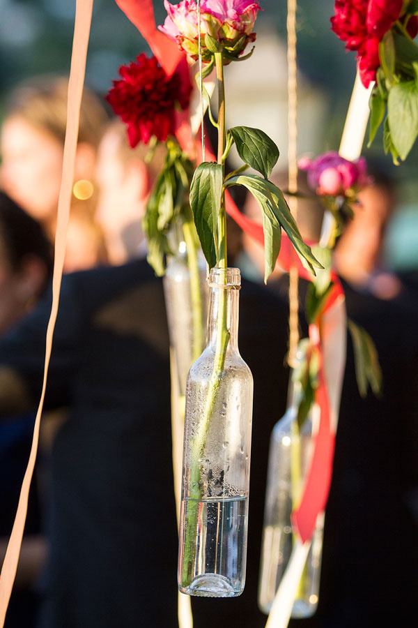 botellas colgantes con flores para bodas elegantes