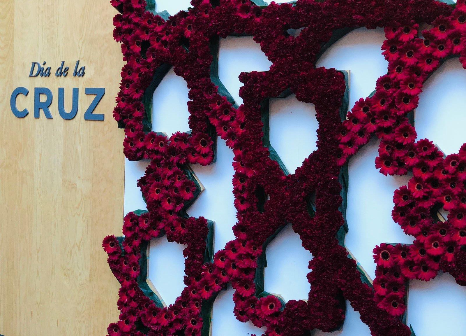 Decoración claveles rojos gerberas rosas dia de la cruz granada